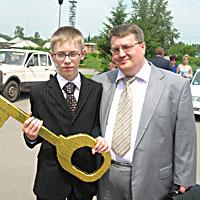Гордость школы №12, «Человек года» Роман Гефнер с директором школы А.Н. Бурлаковым